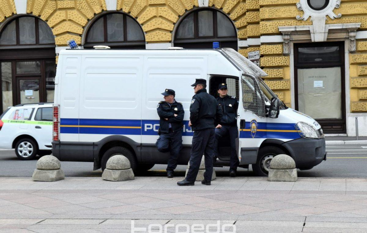 Filmska potjera na Orehovici – Kombijem punim migranata bježao policiji pa izletio s ceste