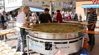FOTO: Građani guštali u okusima proljeća – Na Korzu podijeljena fritaja i torte povodom 25 godina grada @ Rijeka