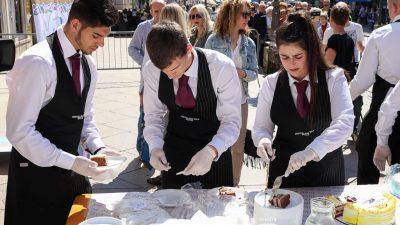 Na Korzu podijeljena fritaja i torte povodom 25 godina grada