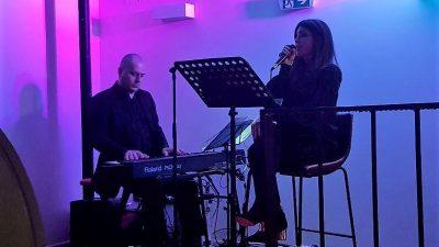 U oku kamere: Povratak na pozornicu – Tina Vukov održala intimni koncert u kavani&baru Grad