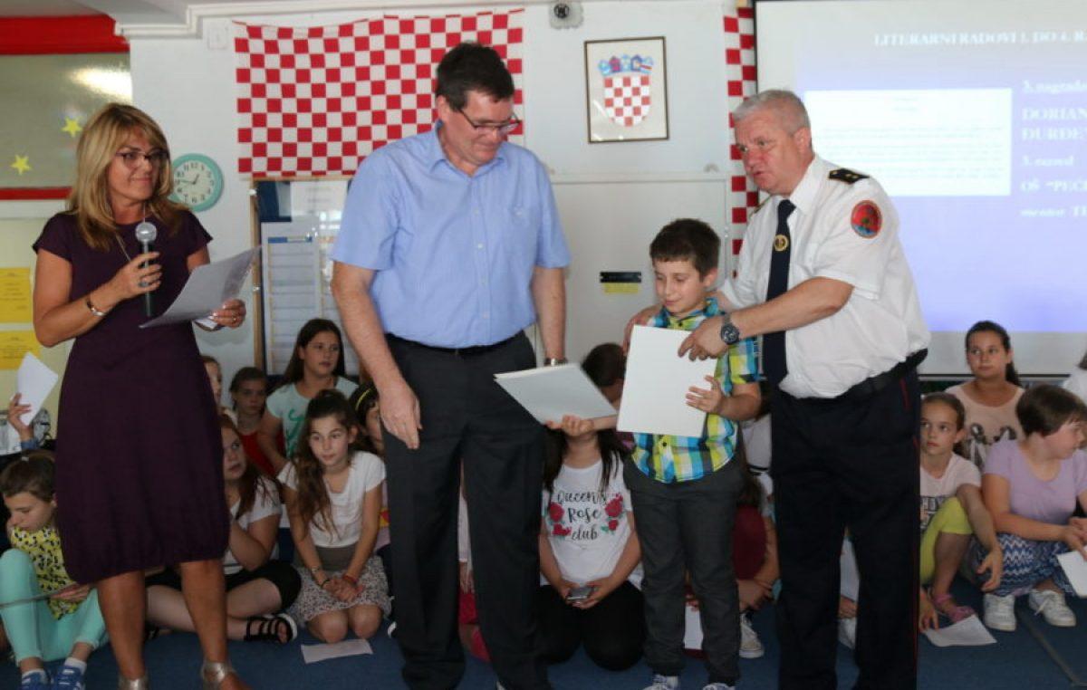"""Kako djeca vide """"vatrene dečke"""": Riječkim osnovnoškolcima dodijeljene nagrade za najbolje radove o vatrogastvu"""