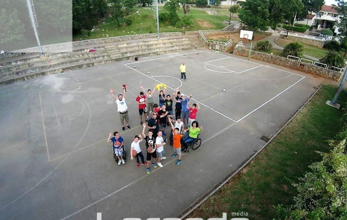 U OKU KAMERE Mladi košarkaši i sportaši s invaliditetom odradili akciju uređenja školskog igrališta @ Kostrena
