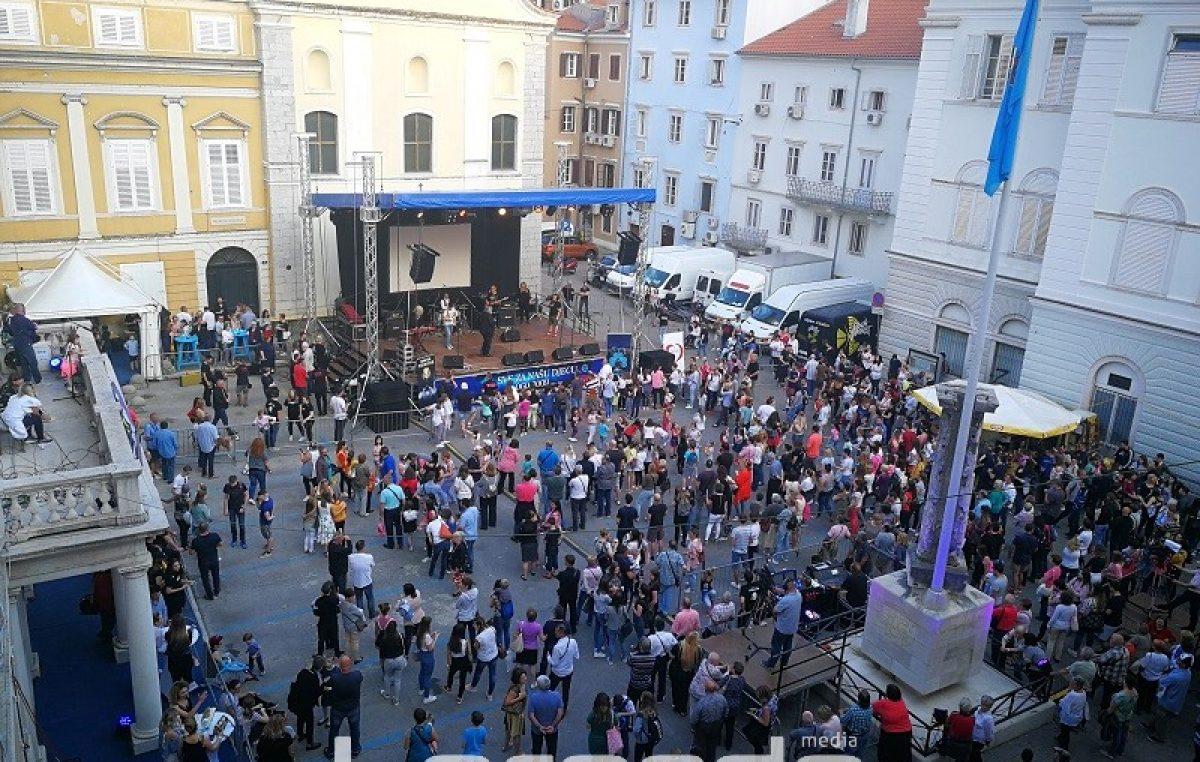 VIDEO Velika riječka srca ispunila Trg Riječke rezolucije na velikom humanitarnom koncertu 'Sve za našu djecu'