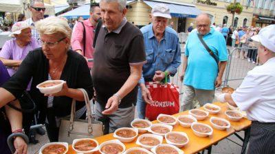 U OKU KAMERE Povodom blagdana Sv. Vida građani se 'počastili' lignjama i štrudlom od trešanja @ Rijeka