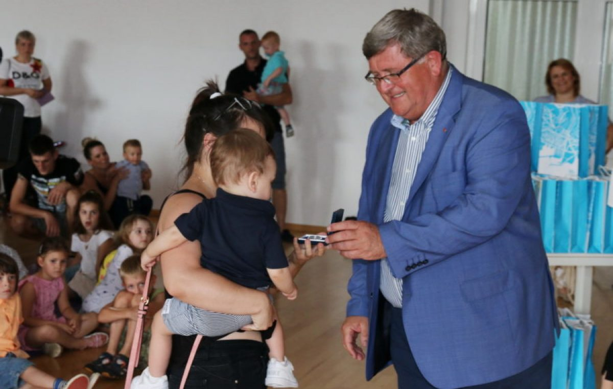 Povodom blagdana grada Rijeke gradonačelnik Obersnel darivao imenjakinje i imenjake sv. Vida