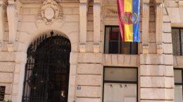 Na balkonu zgrade Grada Rijeke izvješena riječka trobojnica povodom godišnjice formiranja grba