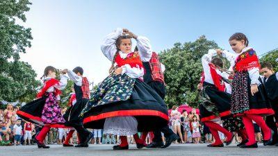 FOTO Uz najukusnije zalogaje i tradicionalnu folklornu glazbu na gradskoj rivi počeo Krk Music Fest
