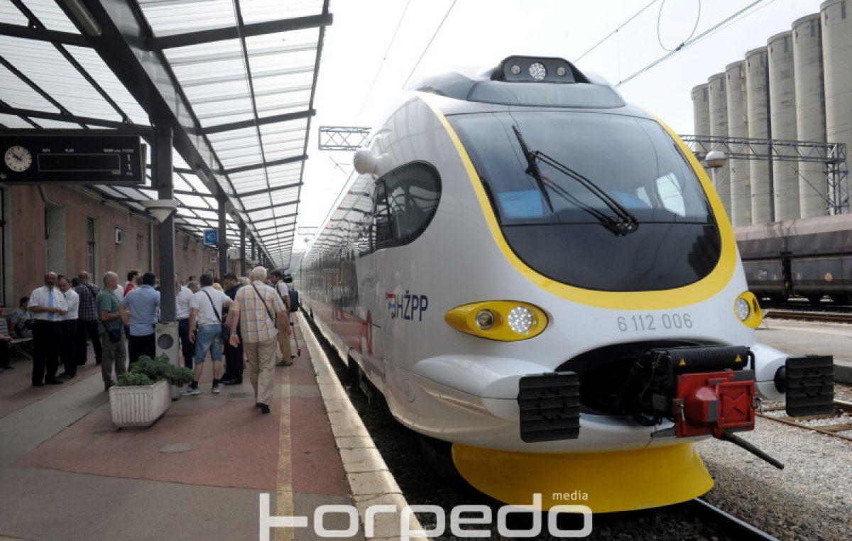 FOTO: Od rujna uvođenje jedinstvene pretplatne karte za prijevoz vlakom i autobusom
