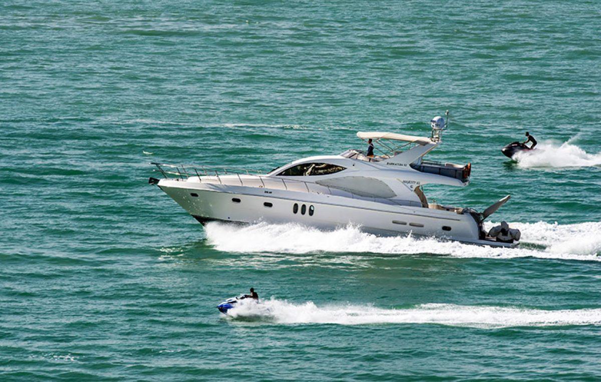 Pomorska policija tijekom ljeta pojačano nadzire promet na moru – Ovoga vikenda zabilježeno 14 slučajeva glisiranja preblizu obale