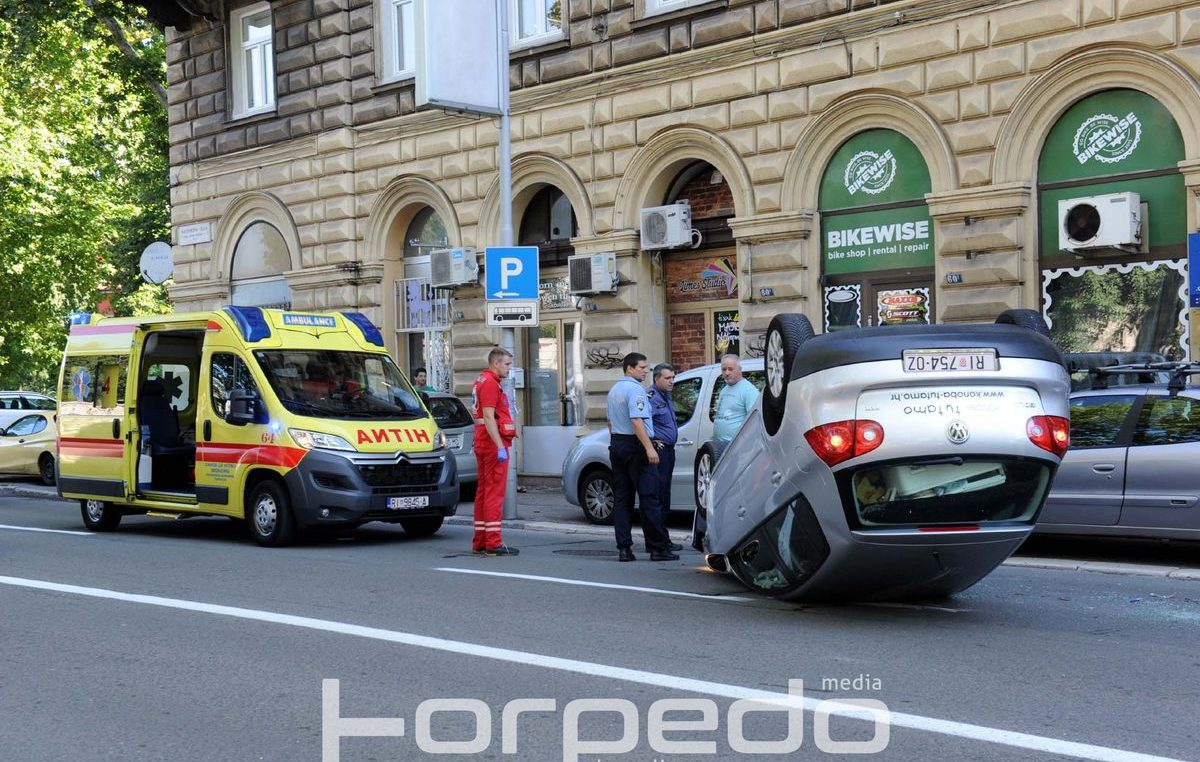 U OKU KAMERE Teška prometna nesreća na Mlaki – Vozač izgubio kontrolu, automobil se prevrnuo na krov