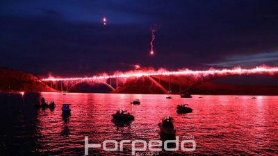 FOTO/VIDEO Prekrasna scenografija uz Armadine 222 baklje za poginule branitelje – Noć kada je 'gorio' Krčki most