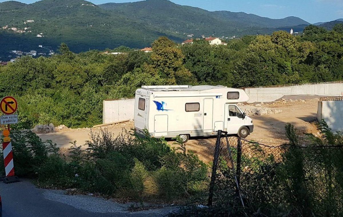 U OKU KAMERE Bilo kuda, kamperi svuda – Turisti za svoje kampiralište odabrali gradilište rotora riječke zaobilaznice @ Matulji