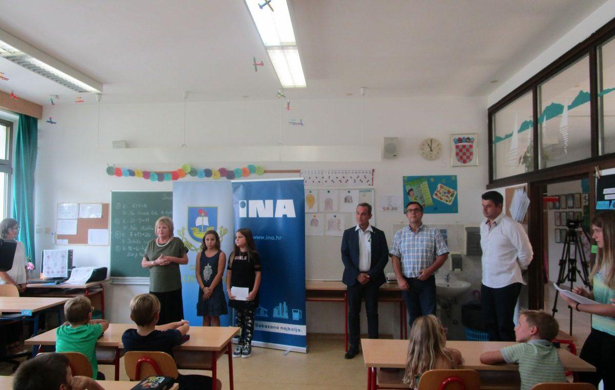 INA kostrenskoj osnovnoj školi darovala 80 tisuća kuna vrijedne klimatizacijske uređaje i pametne klupe