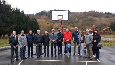Usprkos kiši krenulo uređenje sportskog igrališta OŠ Mrkopalj