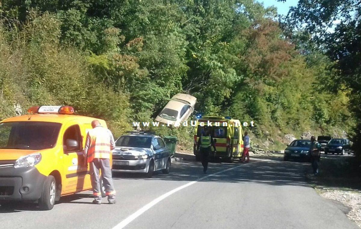 Nesvakidašnja prometna nezgoda – Automobil završio u graji iznad ceste @ Matulji