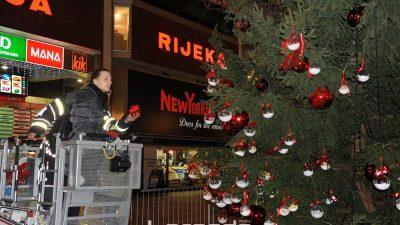 U OKU KAMERE Počelo blagdansko raspoloženje – Građani okitili veliki bor na Korzu