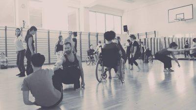 DanceAbility inkluzivna radionica plesa i pokreta uključuje sve zainteresirane neovisno o dobi, znanju ili invaliditetu