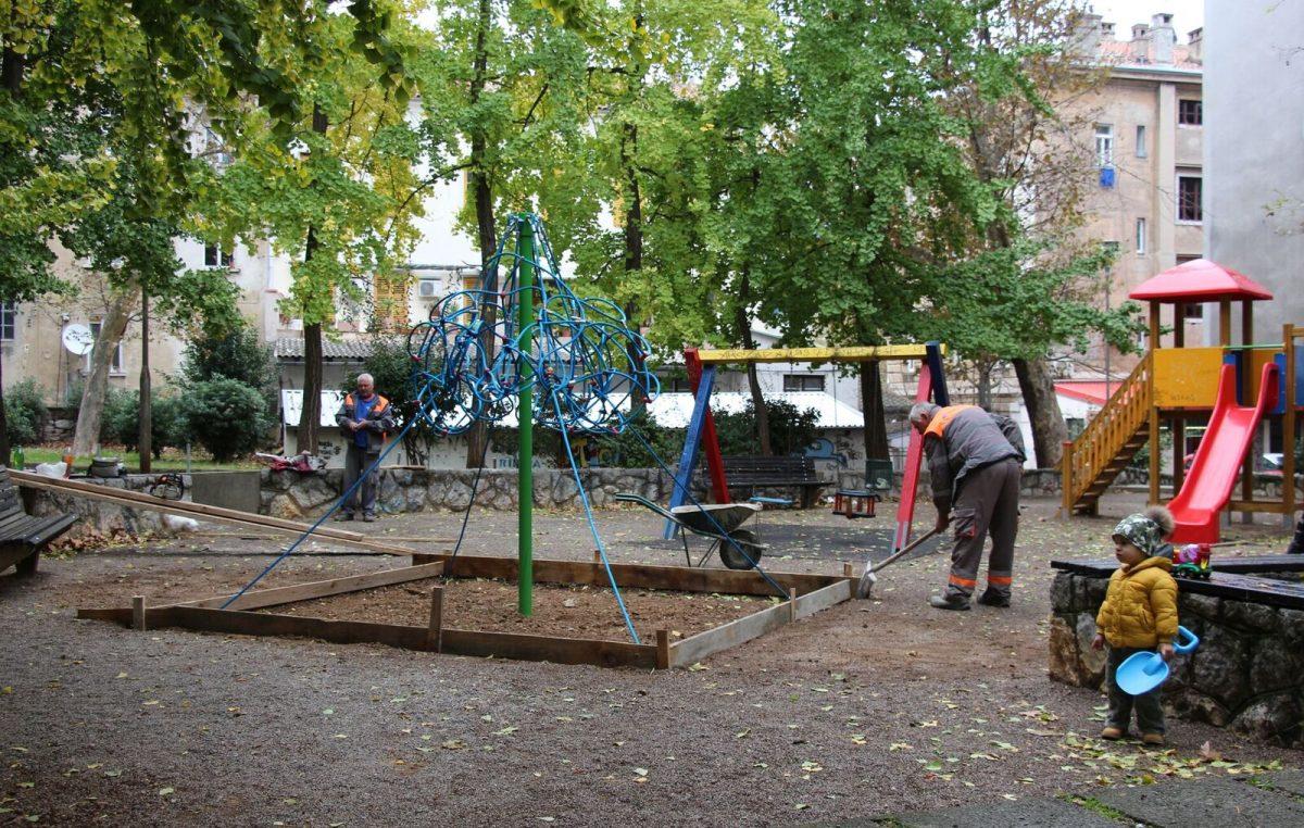 Volonteri krenuli u uređenje parka na Školjiću, pozvali građane da im se u petak pridruže na radnom druženju