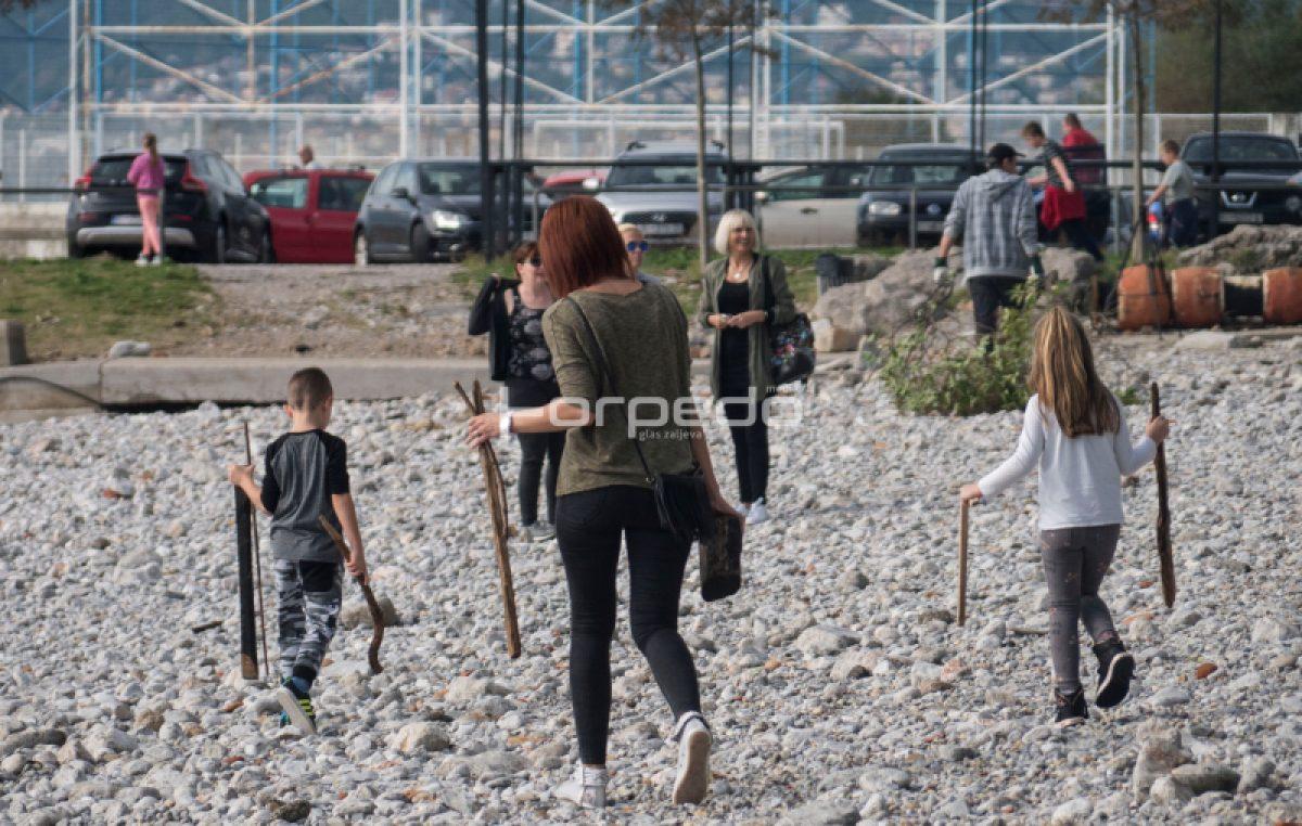 I staro i mlado čistilo plažu ispred Morskog prasca @ Kantrida
