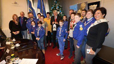Predstavnici Saveza izviđača Rijeke županu Komadini uručili Betlehemsko svjetlo mira