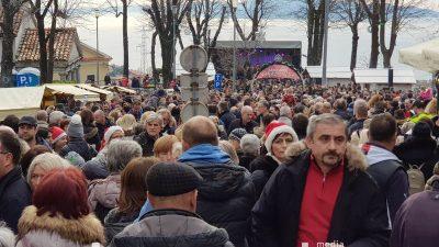 FOTO Rijeka ljudi osvojila Kastav – Tisuće nazdravile godini na izmaku uz Zadnje polne na 365 metara