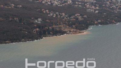 U OKU KAMERE Blatnjavi valovi nakon nasipavanja – Radovi na resortu Costabella more obojali smeđe