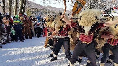 VIDEO Maškarani Platak okupio više od 250 ljubitelja dobre zabave pod maskama i na snijegu