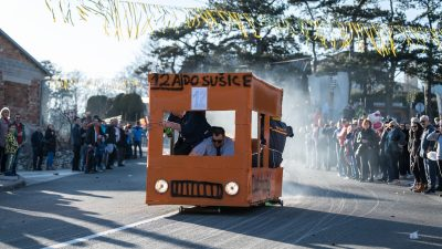 VIDEO Genijalna realizacija aktualne teme: Gorući Autotrolejev autobus oduševio publiku na Grobničkoj balinjeradi
