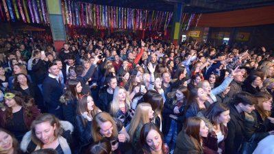 """FOTO/VIDEO Urnebes i lom – Jelena Rozga i Grooversi """"rasturili"""" Ex Port Delta na otvorenju riječkih karnevalskih fešti"""