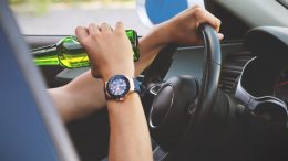 Manijak za volanom: Pijan i bez vozačke dozvole prošao kroz crveno i bježao policiji pa napravio još hrpu prekršaja
