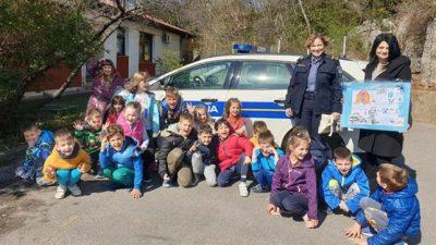 Djeca iz Dječjeg vrtića Zamet darivala policijske službenice
