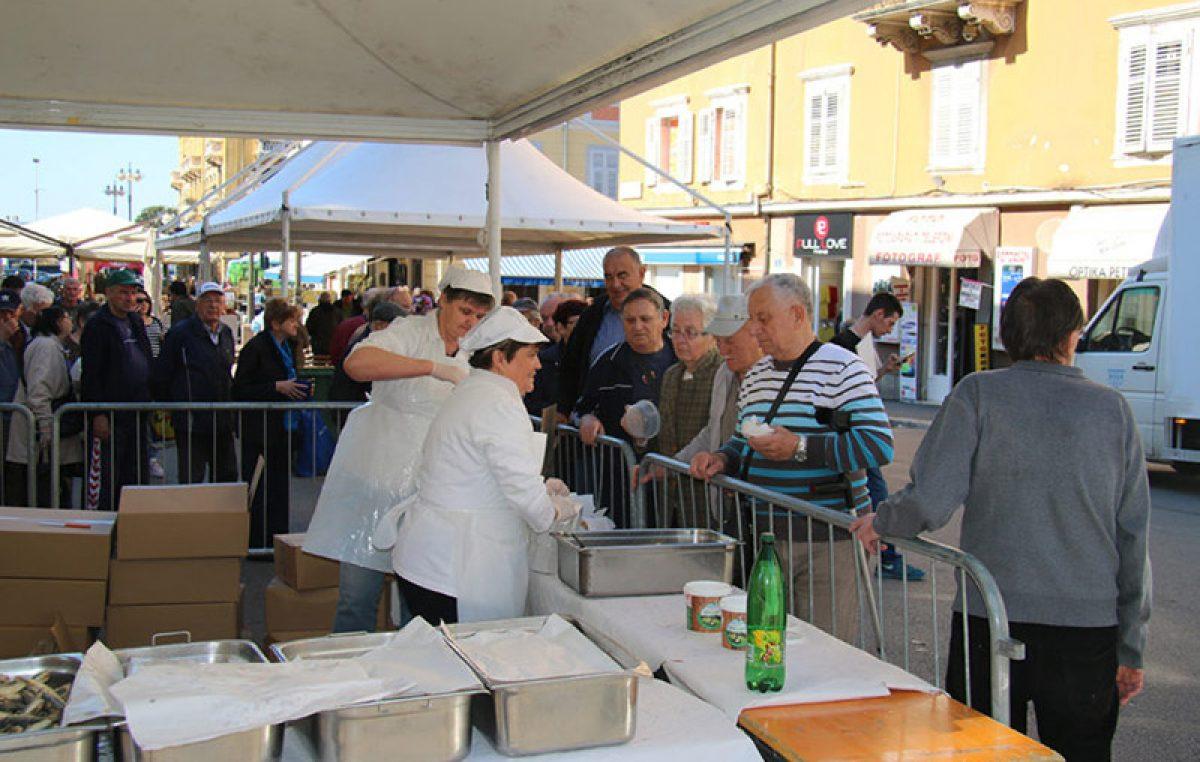 Grad Rijeka počastio građane s četiri tisuće porcija friganih srdela
