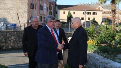 Gradski čelnici čestitali Uskrs nadbiskupu Devčiću i suradnicima, zajedno posjetili grobove Serafina Sobola i Emanuela Hoška
