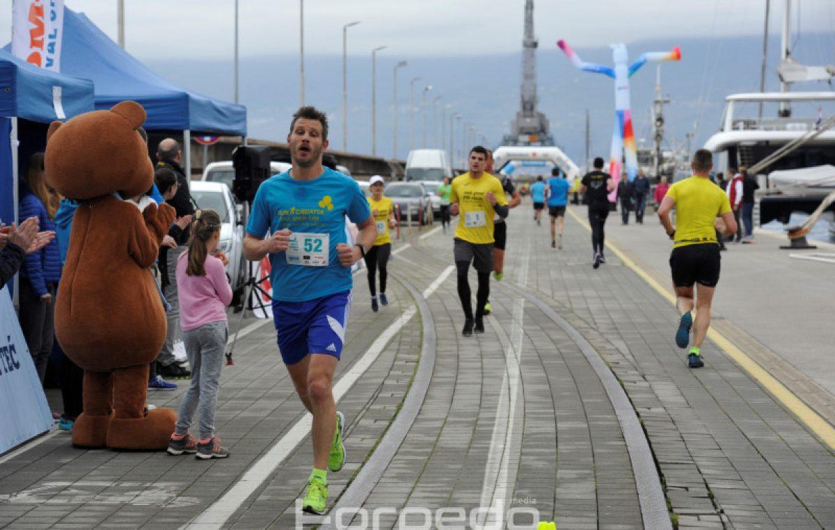 U OKU KAMERE Rijeka je trčala lukobranom – Utrka Molo longo trk okupila 120 sudionika