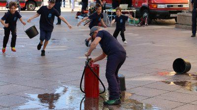 Vatreni dečki osvojili Korzo – Mali i veliki vatrogasci predstavili svoju opremu i tehnike spašavanja