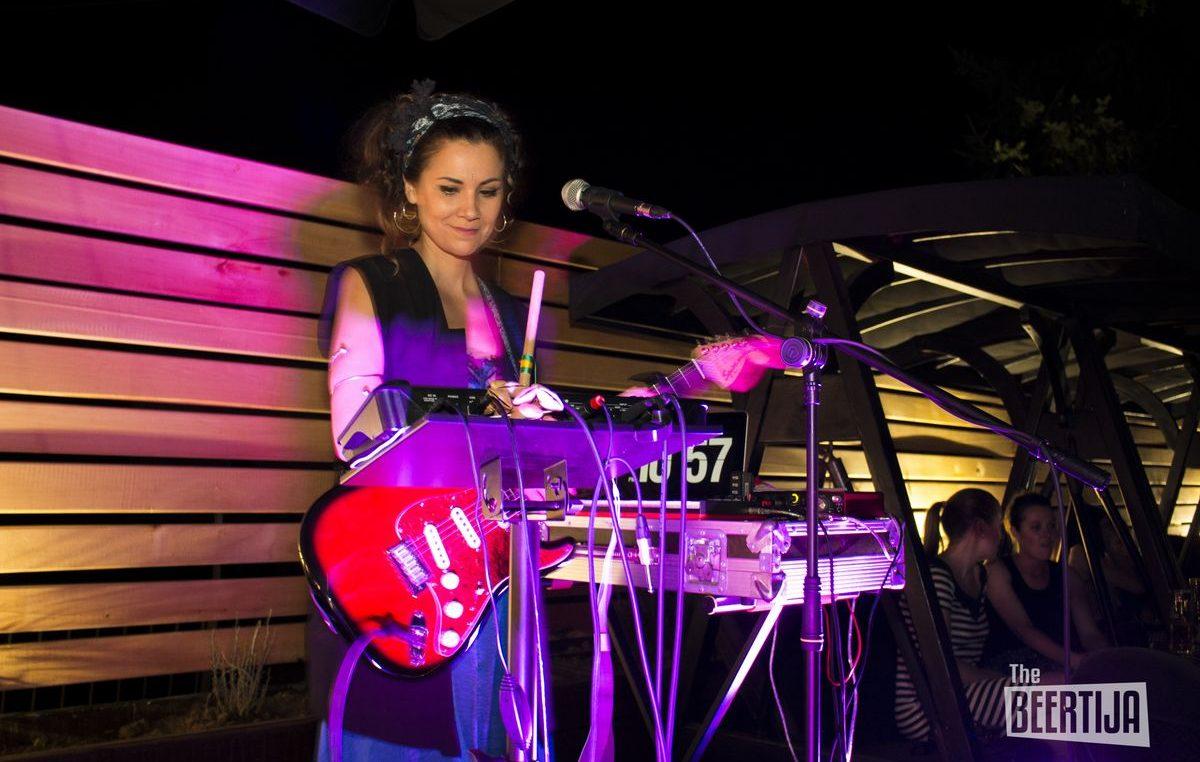 FOTO Mlada kantautorica Aklea Neon izvrsnim koncertom na terasi Beertije otvorila ciklus 'Summer Vibes'