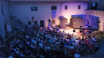 FOTO/VIDEO 'Shakespeare na Exit' u Kaštelu Grobnik otvorio 19. Festival pučkog teatra