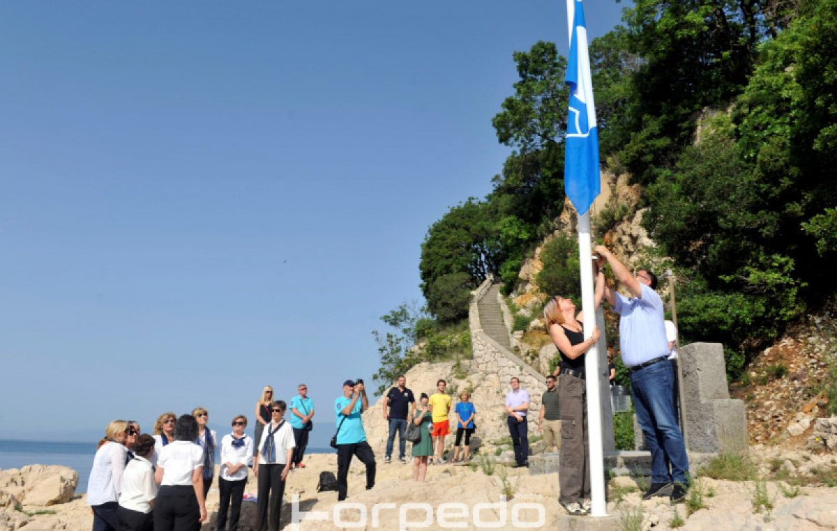 U OKU KAMERE U uvali Svežanj u Kostreni zavijorila se Plava zastava