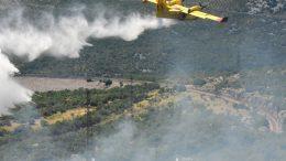 FOTO Buknuo požar uz prugu na dionici Škrljevo – Meja, u pomoć kopnenim snagama stigli kanaderi
