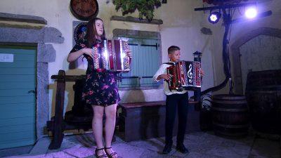 Mladi harmonikaši Dorian Rubeša i Ema Sušanj otvorili Ritam dvorišta 28. Kastafskog kulturnog leta