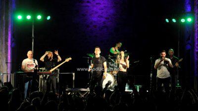 VIDEO/FOTO Crekvina plesala u ritmu rocka: Popularna grupa S.A.R.S. ispunila sparnu ljetnu noć novim i starim hitovima
