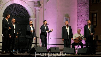 FOTO Tomislav Bralić i klapa Intrade ispunili Trg Riječke rezolucije poznatim melodijama juga