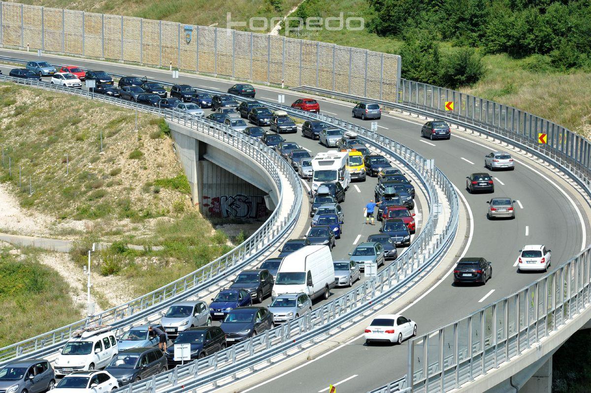 vrlo gust promet na svim vaznijim cestovnim pravcima uz povremene zastoje i voznju u koloni