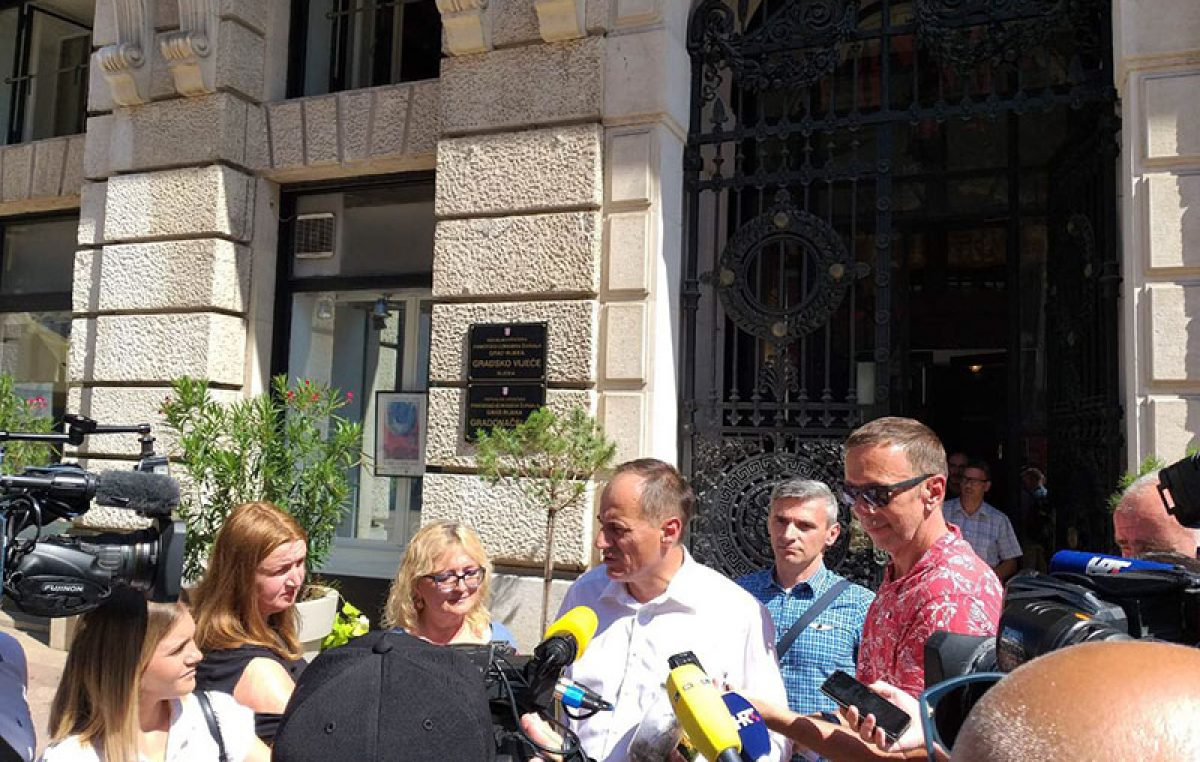 MOST održao press konferenciju ispred riječkog poglavarstva: Stanje na Marišćini je alarmantno, ugroženo je zdravlje stanovnika i nužna je hitna reakcija gradonačelnika Obersnela