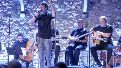 FOTO/VIDEO Na Trsatskoj gradini održan unplugged koncert Keopsa uz pratnju gudačkog kvarteta