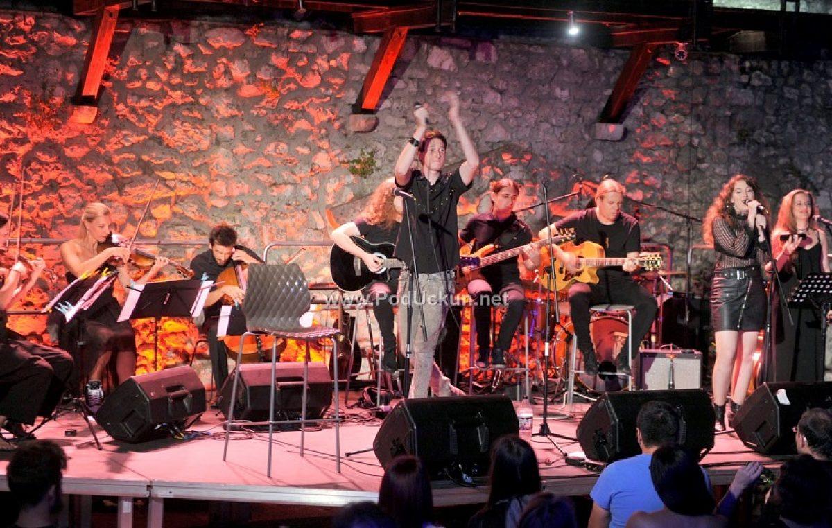 Na Trsatskoj gradini održan unplugged koncert Keopsa uz pratnju gudačkog kvarteta