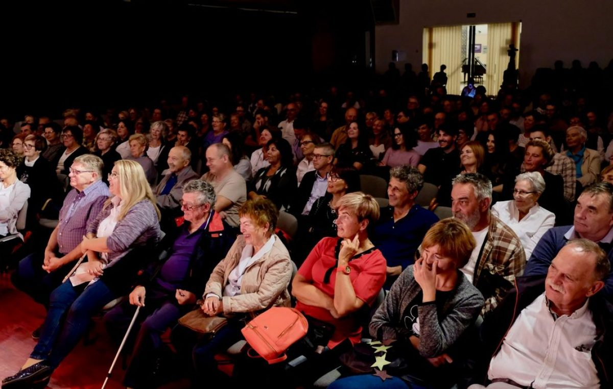 Dvorana puna smijeha: Premijera čakavske komedije 'Lutrija' otvorila Jesen u Kostreni