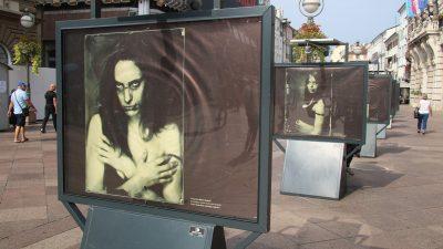 Žene šute i skrivaju svoje lice – Na Korzu postavljena izložba o nasilju nad ženama