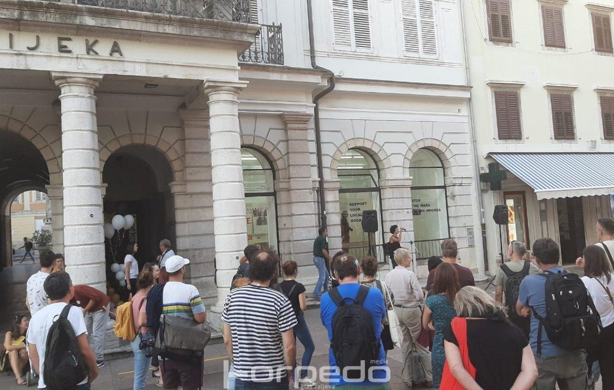 U OKU KAMERE Mali salon posljednji put otvorio svoja vrata, građani se oprostili od kultnog izložbenog prostora