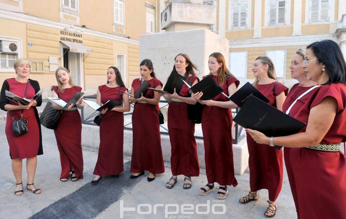 Pet zborova izvrsnim nastupima na pet trgova oduševili Riječane